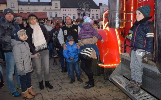Takiego najazdu stare miasto w Świeciu nie widziało już dawno. Tysiące ludzi zgromadziły się na Dużym Rynku wokół świątecznej ciężarówki Coca-Coli. Po puszkę słodkiego płynu czekają w niekończącej się kolejce. Wszyscy robią zdjęcia, w tle słychać świąteczne piosenki.