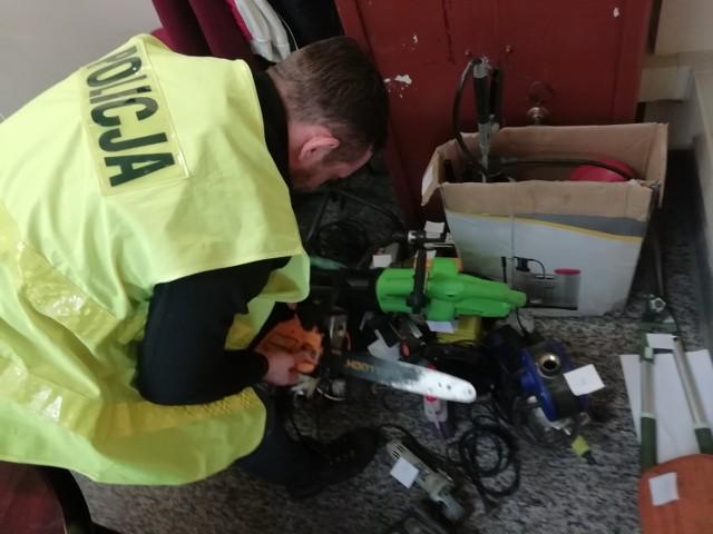 Policjanci znaleźli i zabezpieczyli ponad 38 różnych przedmiotów, najprawdopodobniej pochodzących z kradzieży