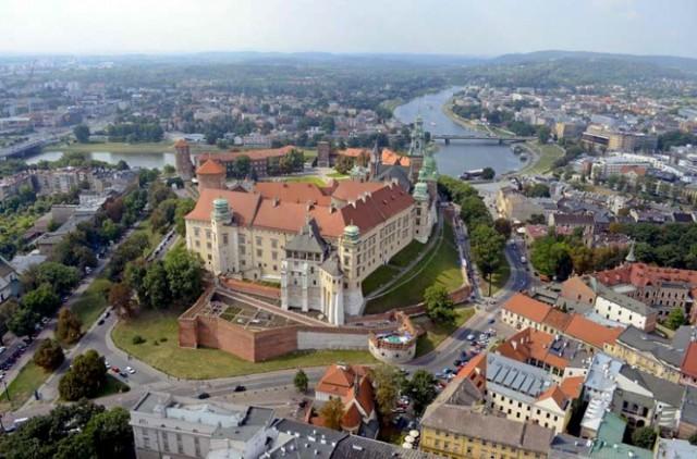 Poniedziałek  Zamek Królewski na Wawelu:  WSTĘP BEZPŁATNY Możliwe jest bezpłatne zwiedzanie wyznaczonych wystaw Zamku (tylko turyści indywidualni): poniedziałki (1 IV - 31 X) w godzinach 9:30-13.00 niedziele (2 XI - 31 III) w godzinach 10.00-16.00