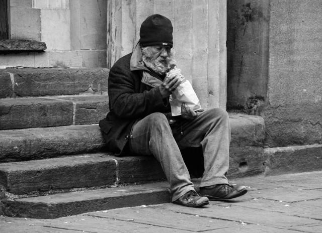 Oto najnowsze dane dotyczące bezrobocia (za grudzień 2020 rok), który opublikował Wojewódzki Urząd Pracy w Zielonej Górze. Wynika z nich, że w powiatowych urzędach pracy województwa lubuskiego zarejestrowanych było 23.674 bezrobotnych. Liczba bezrobotnych na terenie naszego województwa znowu wzrosła. Jak wygląda sytuacja w powiecie krośnieńskim?  Z danych urzędu pracy wynika, że spośród 23.674 osób 13.400 to kobiety, które stanowiły 56,6 proc. ogółu bezrobotnych. W porównaniu z listopadem 2020 r. liczba bezrobotnych zwiększyła się o 389 osób (o 1,7 proc.). W stosunku do grudnia 2019 r. liczba bezrobotnych była większa o 5.176 osób (o 28,0 proc.).  Sprawdzamy, w których lubuskich powiatach bezrobocie jest najwyższe, a gdzie jest najmniej zarejestrowanych bezrobotnych. Informacje o kolejnych powiatach znajdziesz na kolejnych slajdach tej galerii.  Z danych Wojewódzkiego Urzędu Pracy wynika, że w grudniu odnotowano wzrost liczby zarejestrowanych bezrobotnych wśród osób poprzednio pracujących (o 452 osoby), natomiast spadek wśród osób dotychczas niepracujących (o 63 osoby).  Polecamy wideo: Jesteśmy w środku kryzysu. Ogromna jego część jest ciągle przed nami