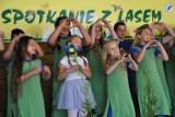 """Dziewięciuset uczniów na festynie """"Spotkanie z lasem"""" w Gołuchowie  [FOTO]"""