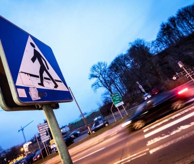 Kończy się przebudowa 13 przejść dla pieszych. Dzięki dodatkowemu oświetleniu i korekcie geometrii piesi będą zdecydowanie lepiej widoczni dla kierowców - informuje UM Bydgoszczy. Finisz prac zaplanowano jeszcze w październiku. O jakie przejścia chodzi? Zobaczcie na następnych stronach.  ➤➤  Docelowo na terenie miasta zostanie doświetlonych aż 75 przejść. Poprawa bezpieczeństwa pieszych na przejściach poprzez dodatkowe ich doświetlenie została zainicjowana na początku bieżącego roku przez Komisję Bezpieczeństwa i Porządku Publicznego dla Miasta Bydgoszczy i Powiatu Bydgoskiego. Po dokładnej analizie ZDMiKP  opracował  listę 75 przejść dla pieszych kwalifikujących się do modernizacji. 13 zostało zakwalifikowanych do I etapu prac. Przedsięwzięcie zostało skonsultowane m.in. ze Społecznym Rzecznikiem Pieszych.  W pierwszym etapie opracowano niezbędne projekty. Teraz trwają już prace budowlano-instalacyjne. Obecnie prowadzone są one na ul. Grudziądzkiej, Kamiennej, Nakielskiej i Powstańców Wlkp. Finisz prac i odbiory są planowane jeszcze w tym miesiącu. Całe przedsięwzięcie kosztuje blisko 600 tysięcy.  Przejścia są wyposażane w zestaw specjalistycznych lamp dobieranych indywidualnie dla konkretnej lokalizacji. Oświetlenie wertykalne to nowoczesna forma doświetlenia przejść dla pieszych. Sprawia ono, że samo przejście oraz strefa oczekiwania pieszego są doświetlone równomiernie w taki sposób, że pieszy dla nadjeżdżającego kierowcy jest zawsze przedstawiany jako jasny element na ciemniejszym tle. Tym samym zwiększa się postrzeganie pieszych przez kierowców po zmroku oraz w niesprzyjających warunkach atmosferycznych co poprawia bezpieczeństwo w ruchu drogowym.  Przy okazji korygowane było położenie części przejść, by gwarantowały jeszcze większy poziom bezpieczeństwa.    (sier, źródło: UM Bydgoszczy)   ZOBACZ: Stop Agresji Drogowej. Odcinek 4