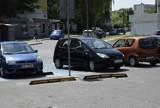 Wypadek przed marketem Carrefour w Skierniewicach. Kobieta złamała rękę