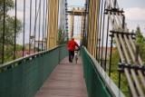 Bochnia-Damienice. Most wiszący na Rabie między Bochnią a Damienicami nieczynny z powodu remontu