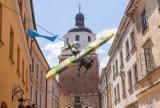 Na Starym Mieście w Lublinie zawisł samolot. Nie bez przyczyny! Zobacz zdjęcia