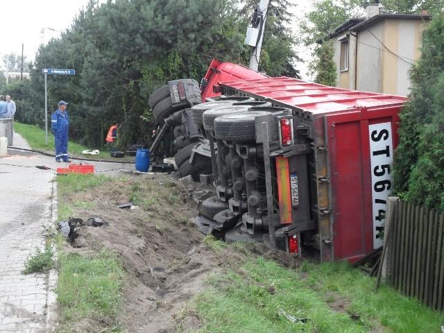Na ulicy Mikołowskiej zderzył się ford focus z ciężarówką. Kierowca focus w ciężkim stanie trafił do szpitala