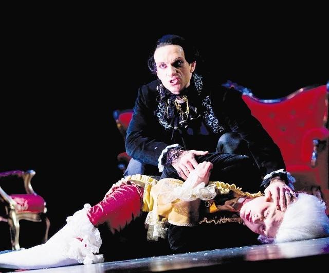 Charyzmatyczny Salierii (Michał Kaleta) klęczy nad chorym już Amadeuszem (Łukasz Chrzuszcz)