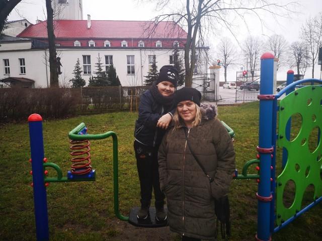 Agnieszka Miklaszewska z synem 8 letnim Filipem w parku, gdzie powstaną strefy do rekreacji.