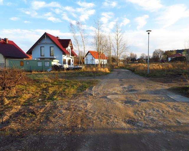 Mieszkańcy Ustki zachodniej skarżą się na wielkie dziury i kałuże na ul. Wiejskiej, Rzecznej oraz na innych, sąsiednich drogach. Szczególnie niebezpiecznie robi się po zapadnięciu zmroku. Rzecznik UM uspokaja - będzie wniosek o remont.