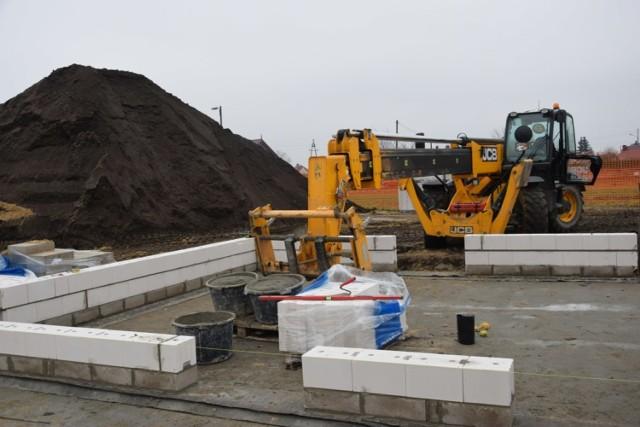 Od poniedziałku do soboty na placu budowy kilkunastu pracowników wykonuje swoje obowiązki, aby inwestycja została wykonana w terminie