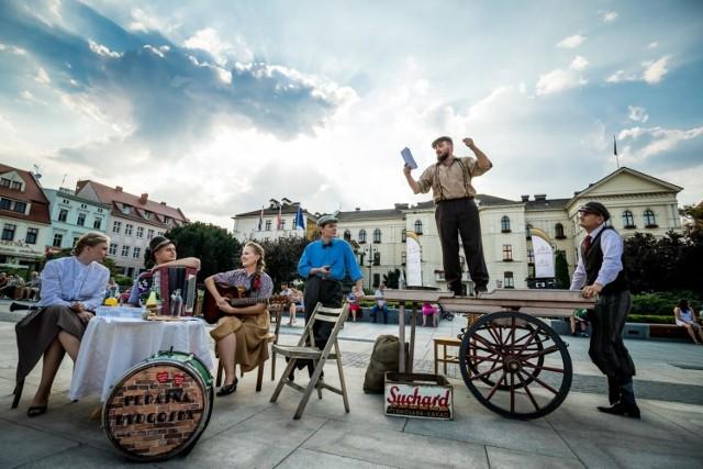 Kapela podwórkowa Ferajna Bydgoska - jak zawsze - zadbała, by mieszkańcy Bydgoszczy poczuli klimat dawnych i ważnych wydarzeń historycznych.   Tym razem w 100. rocznicę cudu nad Wisłą artyści wraz z zaprzyjaźnionymi rekonstruktorami pojawili się niespodziewanie na Starym Rynku, by przenieść spacerowiczów do sierpnia roku 1920, kiedy to także wśród ludności cywilnej była pełna mobilizacja, by stawić czoła bolszewikom.   Podczas flash moba można było posłuchać doniesień z ówczesnych gazet, rozmów mieszczan przy stoliku i na targu, ale przede wszystkim melodii patriotycznych, jakie w tym czasie towarzyszyły zarówno mieszkańcom, jak i żołnierzom na froncie.