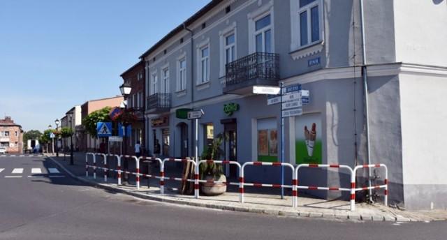 Prace drogowe w Sławkowie rozpoczęły się od montażu znaków, barier i separatorów parkingowych