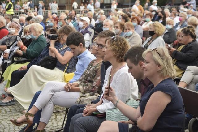 Występy odbywają się na deskach muszli koncertowej w parku Zdrojowym
