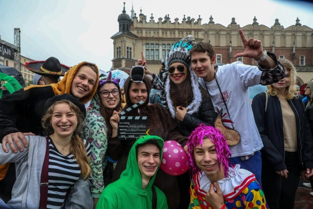Tak wyglądały na krakowskim Rynku juwenalia w 2019 r. Niecały rok później pandemia wywróciła życie - nie tylko studenckie - do góry nogami. Czy nowy rok akademicki przyniesie znaczącą poprawę? Mnóstwo zależy od zasięgu i skutków czwartej fali pandemii.