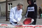 Chorzów: Stumetrowe ciasto na stulecie niepodległości [ZDJĘCIA, WIDEO]. Upiekli je uczniowie z ZSGU