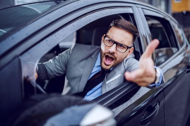 Te zachowania doprowadzają kierowców do szewskiej pasji! Sprawdź, czy na drodze nie jesteś utrapieniem dla innych.  Przesuwaj zdjęcia w prawo - naciśnij strzałkę lub przycisk NASTĘPNE