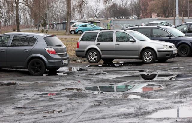 - Przydałby się tutaj remont z prawdziwego zdarzenia: dobra droga z normalnymi miejscami do parkowania - mówi mieszkaniec osiedla Strzemięcin w Grudziądzu