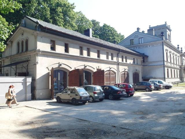W dawnej wozowni z 1865 r. mieści się sala kinowo-widowiskowa, galeria i szatnia