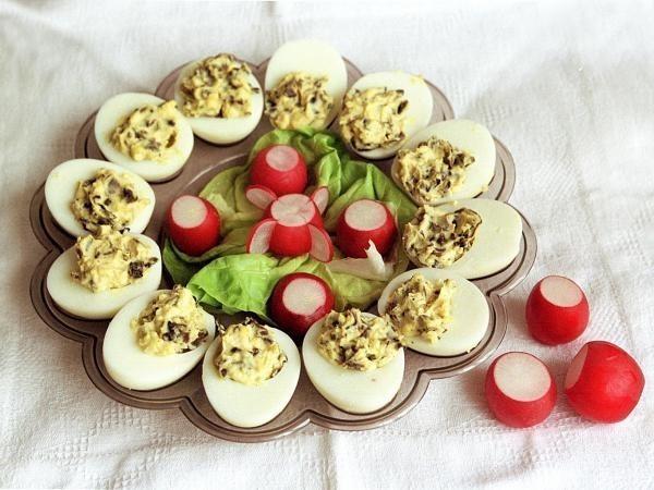 Składniki:  -Dowolna ilość jaj -majonez -sól, pieprz  Przygotowanie:   Jaja gotujemy na twardo. Po ostudzeniu obieramy ze skorupek, a następnie kroimy na pół. Nakładamy majonez. Solimy i pieprzymy do smaku.   Czytaj też: ŻYCZENIA NA WIELKANOC [wierszyki, rymowanki, SMS, śmieszne życzenia wielkanocne]  Zobaczcie też: Shabu Shabu, Warszawa, Mokotowska 27. Tutaj zupę przyrządzisz sobie sam