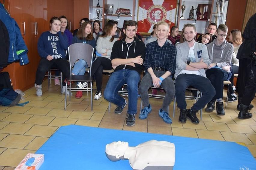 """Jak udzielić pierwszej pomocy? Strażacy uczą młodzież w Zduńskiej Woli. X edycja """"Młodzież i pierwsza pomoc"""" [zdjęcia]"""
