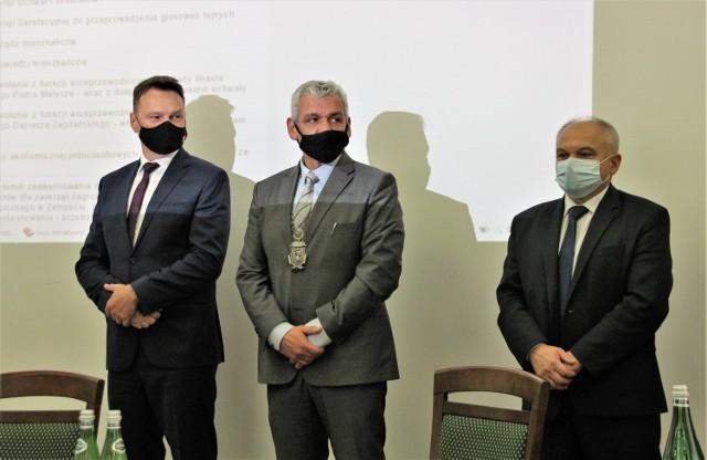 W środku przewodniczący Piotr Błażewicz. Pierwszy z prawej Jan Matwiejczuk, a pierwszy z lewej - Dariusz Zagdański