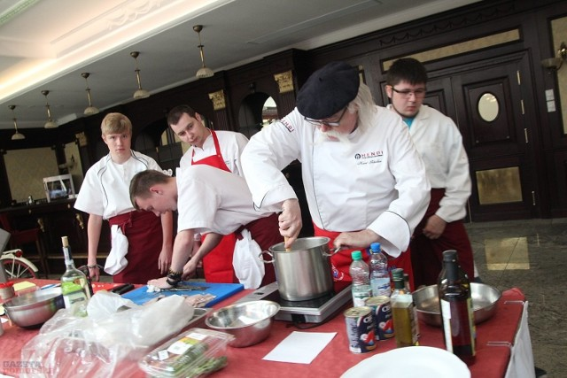 """Na zaproszenie Zespołu Szkół Chemicznych gościł wczoraj we Włocławku Kurt Scheller, znany szef kuchni i krytyk kulinarny. Mistrz odwiedził placówkę szkolną, a następnie poprowadził warsztaty gastronomiczne w uzdrowisku w Wieńcu-Zdroju (na zdjęciu). Udzielał porad nie tylko uczniom """"Chemika"""", ale też kucharzom uzdrowiska.  Szkolenie dla kucharzy w uzdrowisku w Wieńcu-Zdroju"""