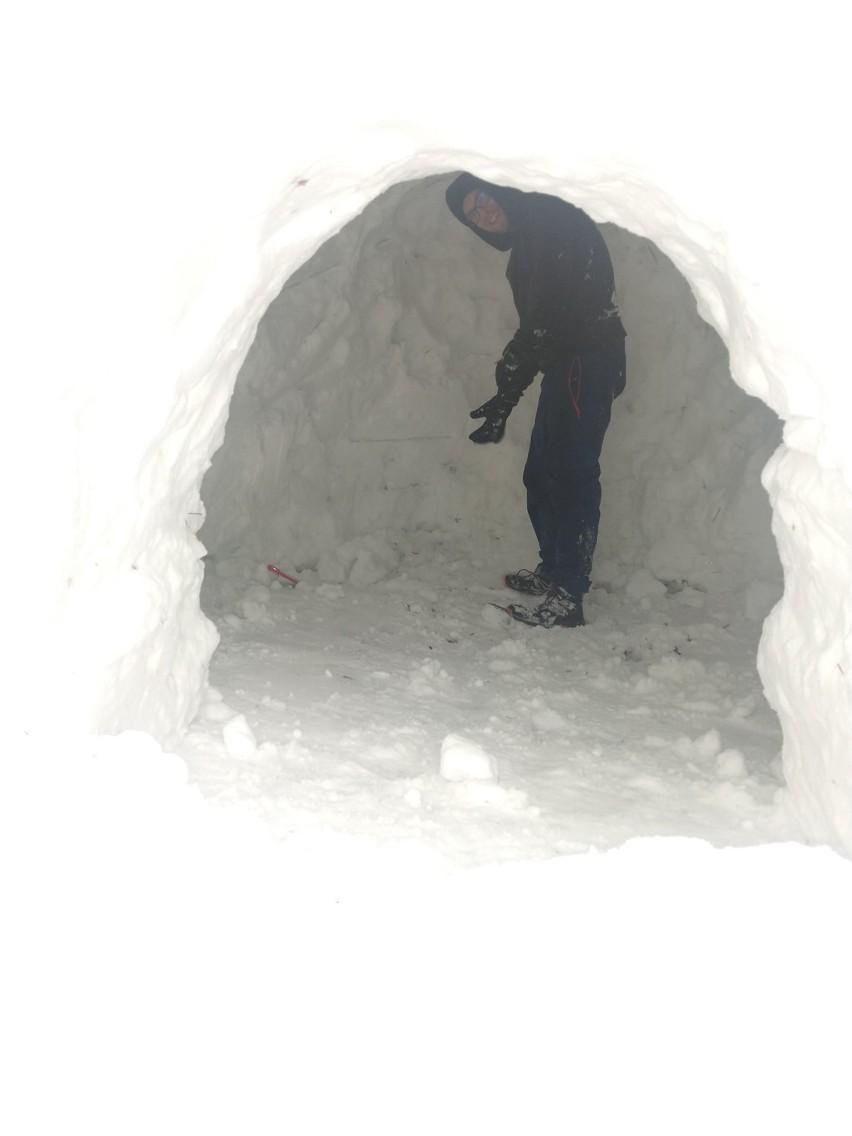 Piątnica. Student Politechniki wraz z przyjaciółmi zbudował igloo. I to jakie! [zdjęcia]
