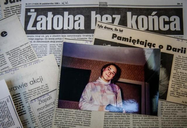 4 sierpnia 1995 roku   Daria Reluga była absolwentką XII LO w Gdańsku. Była wybitną uczennicą, najlepszą maturzystką 1995 roku w Gdańsku.    Rankiem 4 sierpnia 1995r. wyszła z domu pobiegać do lasu niedaleko Akademii Wychowania Fizycznego w Gdańsku. Dziewczyna została zgwałcona i zamordowana, a jej ciało znaleziono dopiero następnego dnia, przykryte gałęziami. Do dziś nie odnaleziono sprawcy tego morderstwa, lecz do sprawy ponownie wracają policjanci z gdańskiego Archiwum X.   Wideo reportaż:   więcej o sprawie można przeczytać tutaj: 22 lata temu zamordowano Darię Relugę. Dziś do sprawy wrócili policjanci z gdańskiego Archiwum X