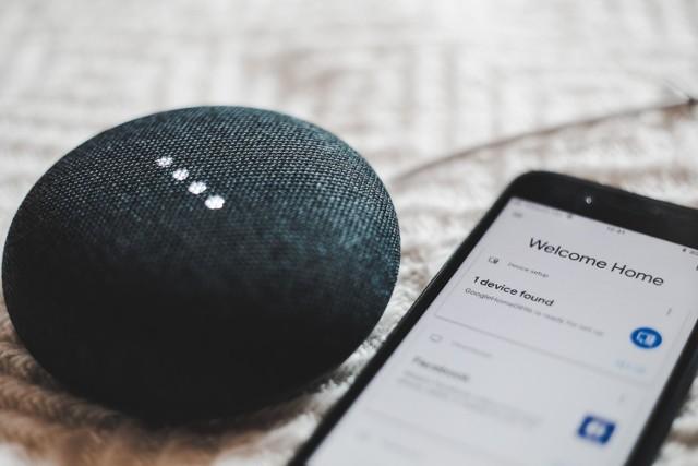 Choć w skali globalnej rynek smart home stale rośnie, Polacy wciąż są wobec tych urządzeń nieufni.