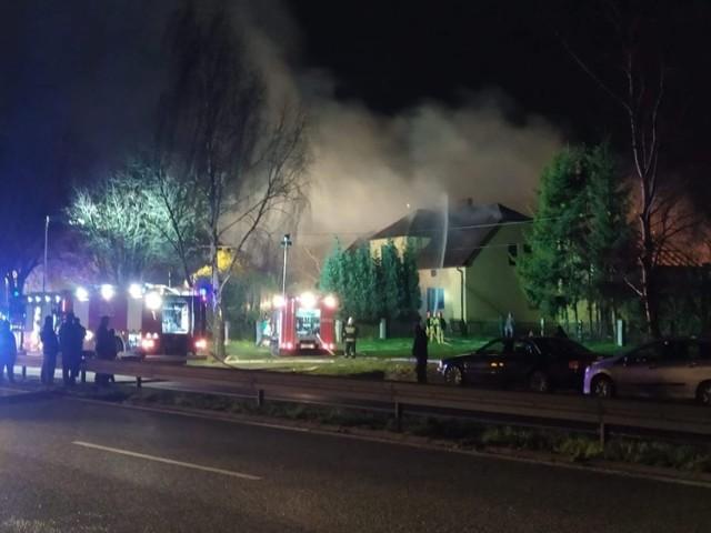 Pożar rozprzestrzenił się z budynku gospodarczego na poddasze budynku jednorodzinnego. W budynku przebywały trzy osoby, zostały ewakuowane