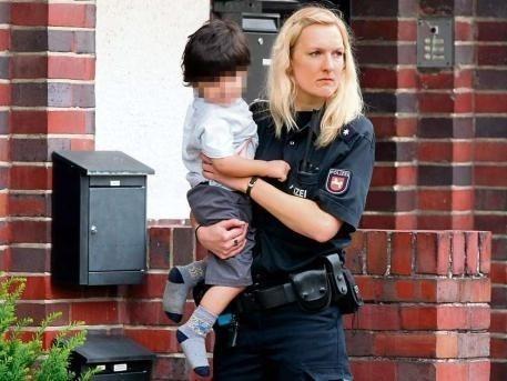 Zdjęcie z serwisu www.jugendamt-wesel.com, które pokazuje odebranie dziecka przez policjantkę na zlecenie Jugendamt