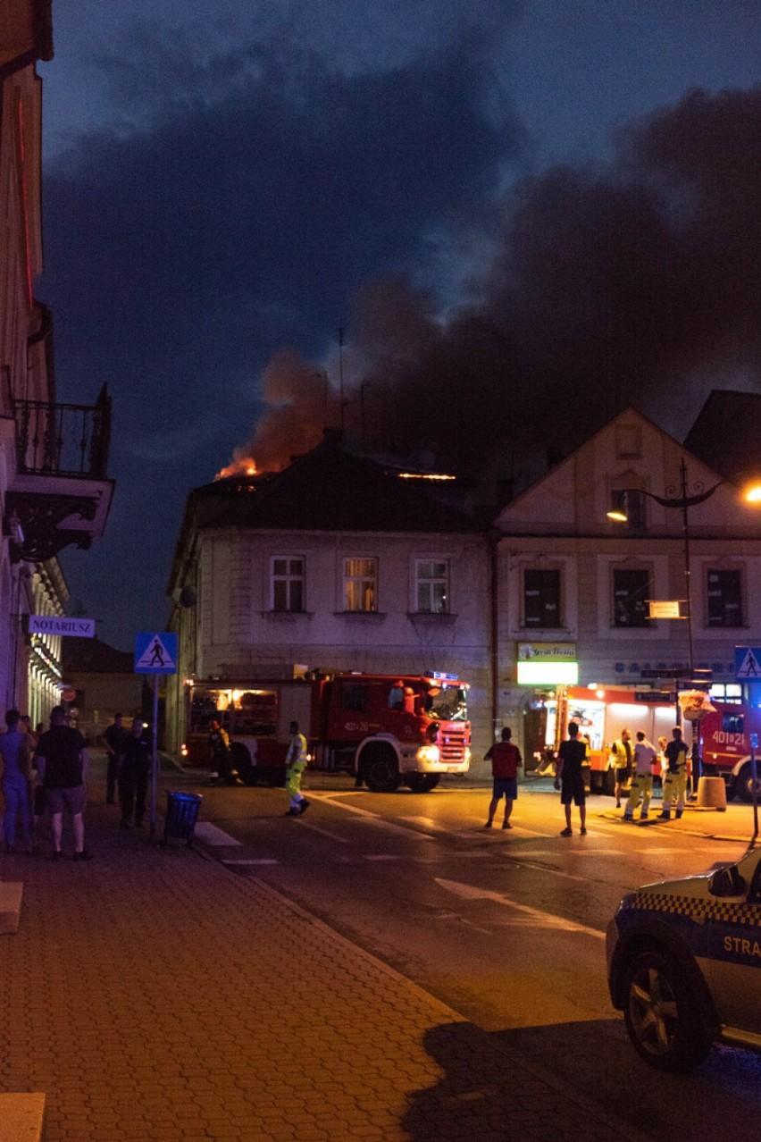 Akcja gaśnicza polegała na polewaniu ognia na poddaszu...
