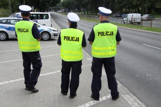 Policjanci apelują do kierujących o jazdę zgodną z przepisami i dostosowywanie prędkości do warunków panujących na drodze.