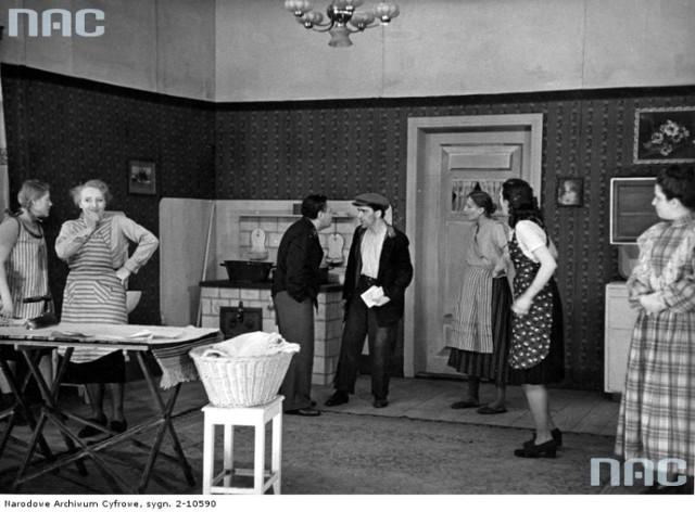 """Tytuł tematu: Lublin. Teatr - sztuka """"Skandal w oficynie"""" Opis obrazu: Scena zbiorowa ze sztuki. Data wydarzenia: 1939 - 1945"""