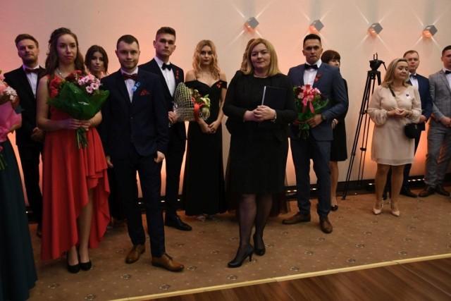 Tegoroczni maturzyści z Zespołu Szkół Ekonomicznych imienia Mikołaja Kopernika w Kielcach bawili się na balu studniówkowym w piątek, 17 stycznia, w Best Western Grand Hotel. Zabawa trwała do białego rano.    Oficjalne rozpoczęcie balu nastąpiło o godzinie 19. Na początku głos zabrali uczniowie, którzy podziękowali kadrze pedagogicznej za wspólnie spędzone kilka lat i przekazaną im w tym czasie wiedzę. To bardzo ważny moment, ponieważ podsumowuje lata pracy włożone w wychowanie i edukację uczniów.  W końcu przeszedł czas na poloneza, którego uczniowie jak zwykle świetnie zatańczyli. Choć pierwsze kroki zazwyczaj są niepewne, chwilę później widać było, że trud włożony w naukę tańca się opłacił.  Po zakończeniu części oficjalnej wszyscy usiedli do posiłku. Kilka minut później parkiet wypełnił się młodzieżą i przez kolejne godziny trwała wspaniała zabawa w rytm świetnej muzyki. Wiele osób robiło pamiątkowe zdjęcia.   >>> ZOBACZ WIĘCEJ NA KOLEJNYCH ZDJĘCIACH