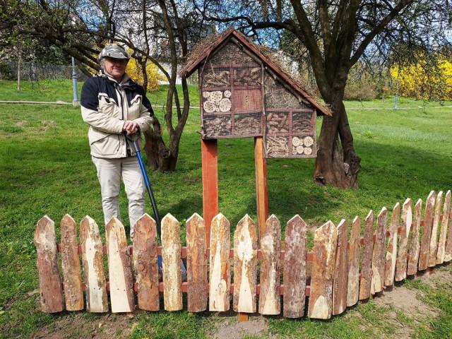 Ten domek ma przede wszystkim edukować mieszkańców i pokazać, że można go zrobić we własnych ogrodach - powiedział Marek Bażant, budowniczy pierwszego hoteliku - domku dla owadów jaki stanął w sandomierskim Parku Piszczele.