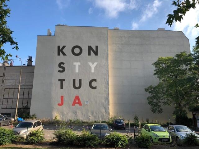 """W centrum Poznania może powstać mural z napisem """"KONSTYTUCJA"""". Inicjatorzy zbierają obecnie opinie na jego temat."""