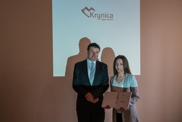 Autorka projektu Alicja Wańczyk i burmistrz Krynicy Dariusz Reśko