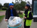 Policjanci rozdawali kamizelki pieszym i rowerzystom z Radomska