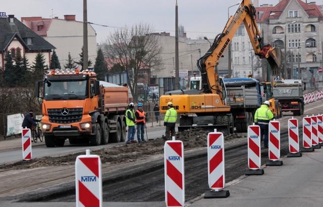 Na trzech odcinkach ruszyła modernizacja torowisk tramwajowych w Grudziądzu. Na odcinku ul. Chełmińskiej między ul. Brzeźną a Piaskową zamknięto dla ruchu oba pasy ruchu w stronę Torunia. Tutaj robota ruszyła od razu. Już dziś zerwany został asfalt na wyłączonym pasie ruchu.  Rozpoczęto też zrywanie kostki, którą wybrukowane było torowisko.