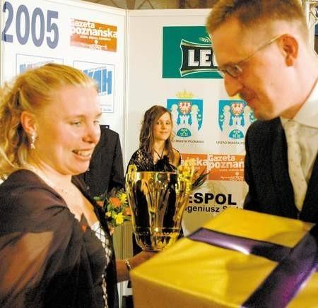 Nagrodę główną zwyciężczyni naszego plebiscytu, Anecie Pastuszce-Koniecznej, przekazał redaktor naczelny ,,Gazety Poznańskiej'', Jarosław Gojtowski. Fot. W. Wylegalski
