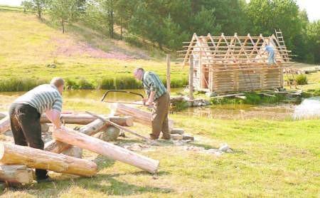 Przy budowie osady neolitycznej w Piasznie wiele osób nauczyło się nowych dla siebie, choć bardzo starych i zapomnianych zawodów. Fot. Marcin Pacyno