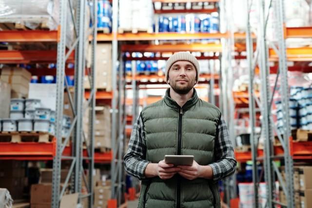 Chcesz pracować w logistyce? Zastanawiasz się, na jakim stanowisku szukać pracy?    Porównaj stawki dla pracowników logistyki z sektora FMCG i chemii.