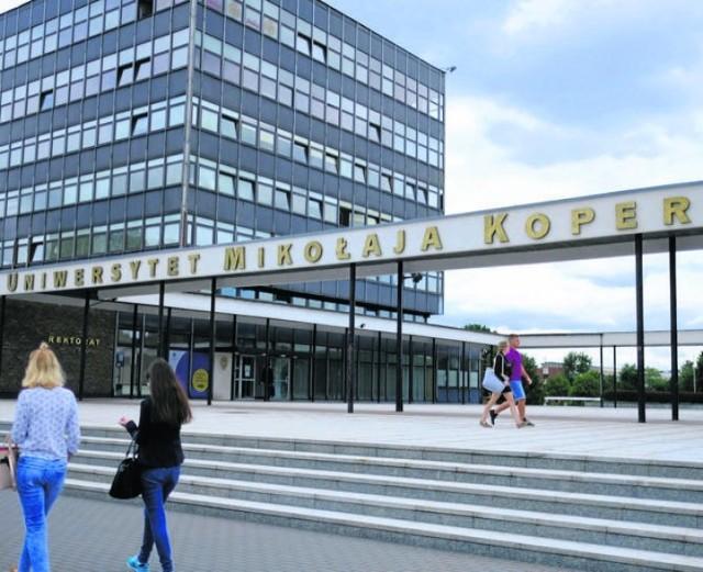 Informacje o zarobkach przesłał nam tym razem Uniwersytet Mikołaja Kopernika w Toruniu.  Jest to mediana brutto (wartość środkowa) wynagrodzeń brutto za 2019 rok. Zostały tutaj ujęte płace zasadnicze, dodatek stażowy, premia regulaminowa oraz inne dodatki wypłacane cyklicznie oraz (trzynastki), a nie zostały wynagrodzenia wypłacane jednorazowo oraz nadgodziny.  - Jeśli chodzi o dodatki specjalne, to w zasadzie takich nie mamy. Mamy za to dodatki związane z uczestnictwem w projektach konkretnych osób (z pieniędzy zewnętrznych - red.) - informują na UMK.  W 2019 roku na UMK były podwyżki - w grupie pracowników naukowych podwyżki wyniosły od 0 do średnio 21%, najwięcej w grupie asystentów, adiunktów i lektorów, a w administracji średnio 15%, w grupie pracowników obsługi średnio 13%.  Ile zarabiają pracownicy UMK - od obsługi do profesorów? Piszemy na następnych stronach.  KUJAWSKO-POMORSKA LISTA PŁAC 2018. TAK ZARABIAJĄ PRACOWNICY UNIWERSYTETU MIKOŁAJA KOPERNIKA W TORUNIU [STAWKI]