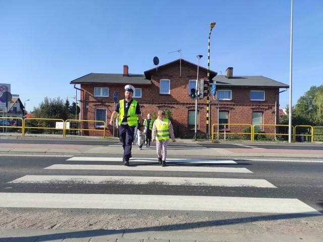 Kontrole i akcje prewencyjno-edukacyjne na drogach i w szkołach tucholskiej policji