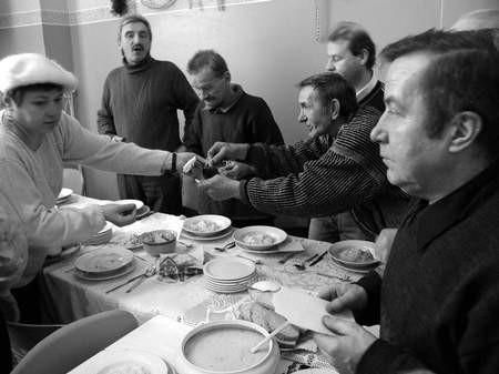 Samotni podopieczni Miejskiego Ośrodka Pomocy Społecznej połamali się opłatkiem na przedświątecznym środowym spotkaniu. Fot. JACENTY DĘDEK