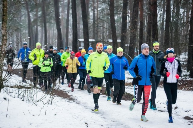 Pierwszy trening biegowy w Puszczy Bydgoskiej, na który zaprosiła drużyna Run Pasja Bydgoszcz, odbył się w niedzielę, 10 stycznia. Będę trzy kolejne treningi w trzy kolejne niedziele stycznia. Dołączyć może każdy, kto ma chęć pobiegać i pomóc Łukaszowi, kupując kalendarz biegowy na rok 2021 za minimum 15 zł.
