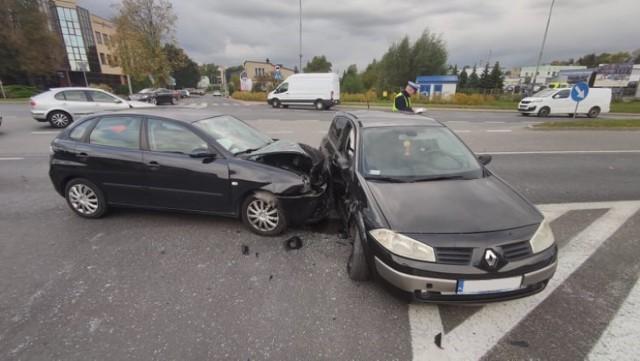 Wypadek na skrzyżowaniu Al. Armii Krajowej i ul. Polnej w Piotrkowie. Zderzyły się dwie osobówki