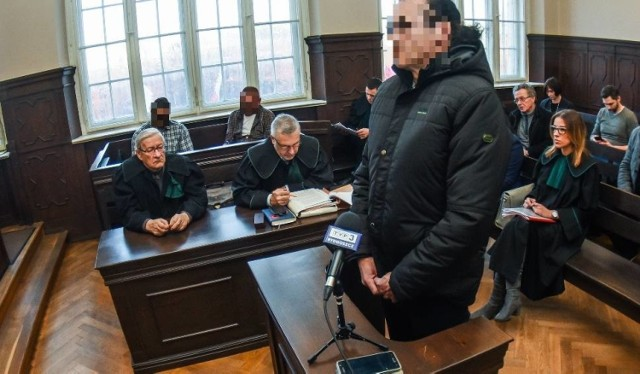 Kiedy jeszcze prokuratura w Gdańsku prowadziła śledztwo w sprawie wyprowadzenia pieniędzy ze spółki Domar, Janusz S. zeznawał w bydgoskim sądzie w charakterze świadka w sprawie zabójstwa Piotra Karpowicza, dyrektora pionu odszkodowań w oddziale PZU w Bydgoszczy w 1999 roku