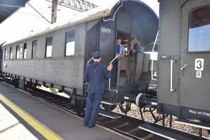 Pociąg retro zawitał do Wrześni. Wielkopolskie koleje zapraszają uczniów na niezwykłą lekcję historii